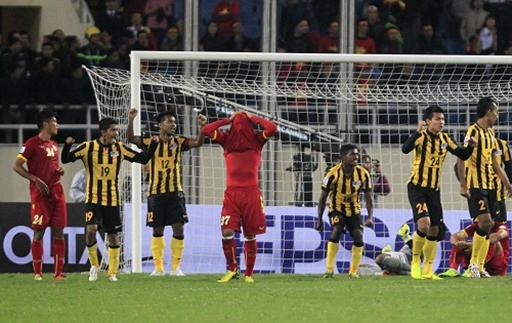 Việt Nam để thua bốn bàn trong hiệp một vì những lỗi ở hàng phòng ngự. Ảnh: Reuters.