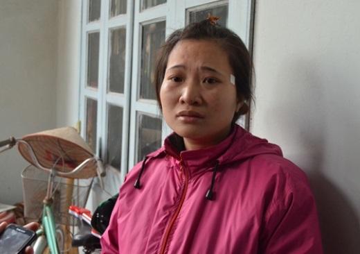Chị Phạm Thị Duyên 31 tuổi, mẹ cháu Hằng đứng thất thần trước cửa nhà, đôi mắt đỏ hoe.