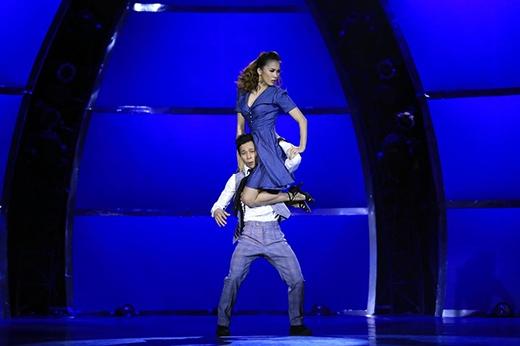 Ngay sau đó là bài thi thể loại Broadway trên nền nhạc Bei Mir Bist Du Schoen