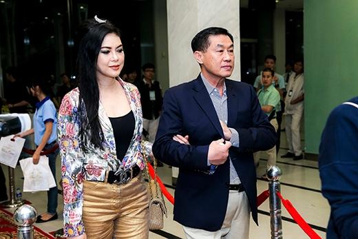 Bố mẹ chồng Tăng Thanh Hà - doanh nhân Johnathan Hạnh Nguyễn và vợ Thủy Tiên khoác tay nhau đi xem show Đàm Vĩnh Hưng - Tin sao Viet - Tin tuc sao Viet - Scandal sao Viet - Tin tuc cua Sao - Tin cua Sao