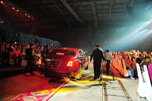 Cả sân khấu như náo loạn trước sự xuất hiện của siêu xe 40 tỷ mạ vàng - Tin sao Viet - Tin tuc sao Viet - Scandal sao Viet - Tin tuc cua Sao - Tin cua Sao