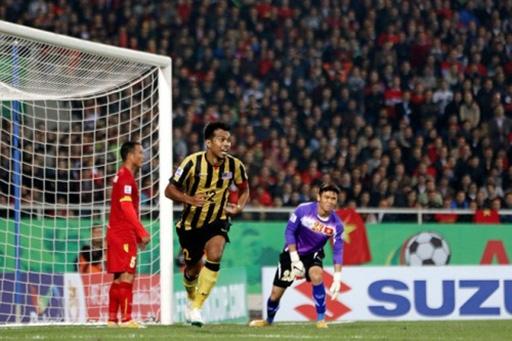 Tuyển Việt Nam rơi vào cơn bão nghi ngờ bán độ sau trận thua 2-4 trước Malaysia tối 11/12. Ảnh: Lâm Thỏa.