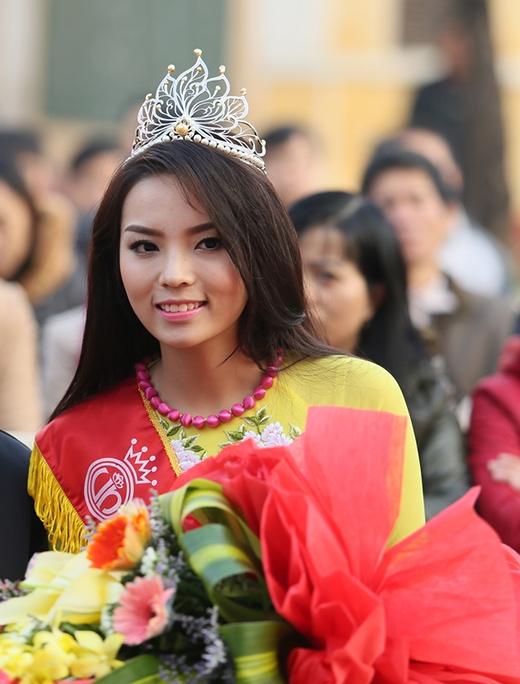 Tân Hoa hậu Việt Nam còn trao tặng cho trường 10 triệu đồng để hỗ trợ cho những học sinh nghèo vượt khó. - Tin sao Viet - Tin tuc sao Viet - Scandal sao Viet - Tin tuc cua Sao - Tin cua Sao