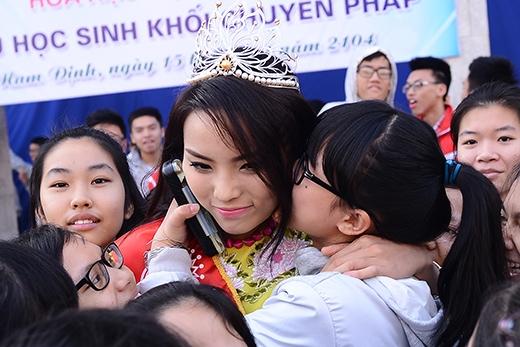 Bạn học cũ thi nhau ôm hôn Hoa hậu Kỳ Duyên - Tin sao Viet - Tin tuc sao Viet - Scandal sao Viet - Tin tuc cua Sao - Tin cua Sao