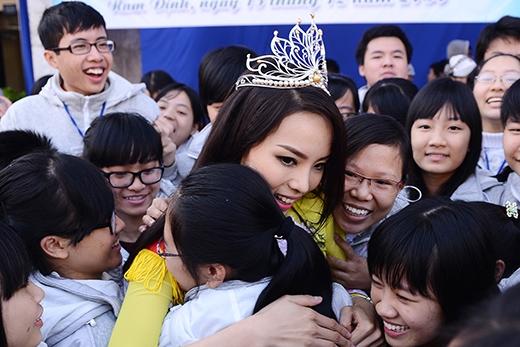 Kỳ Duyên nhận được rất nhiều tình cảm của các bạn học sinh - Tin sao Viet - Tin tuc sao Viet - Scandal sao Viet - Tin tuc cua Sao - Tin cua Sao