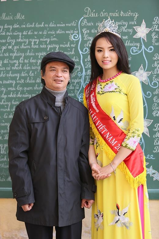 Chụp hình kỷ niệm cùng các thầy giáo trong trường - Tin sao Viet - Tin tuc sao Viet - Scandal sao Viet - Tin tuc cua Sao - Tin cua Sao