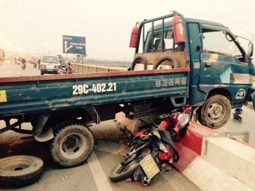 Xe máy của nạn nhân biến dạng dưới gầm xe tải. Ảnh: Nam Khánh.
