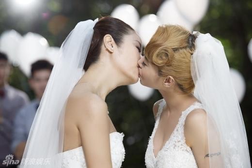 Nụ hôn đồng tính của Lâm Tâm Như và Thái Y Lâm bị ném đá