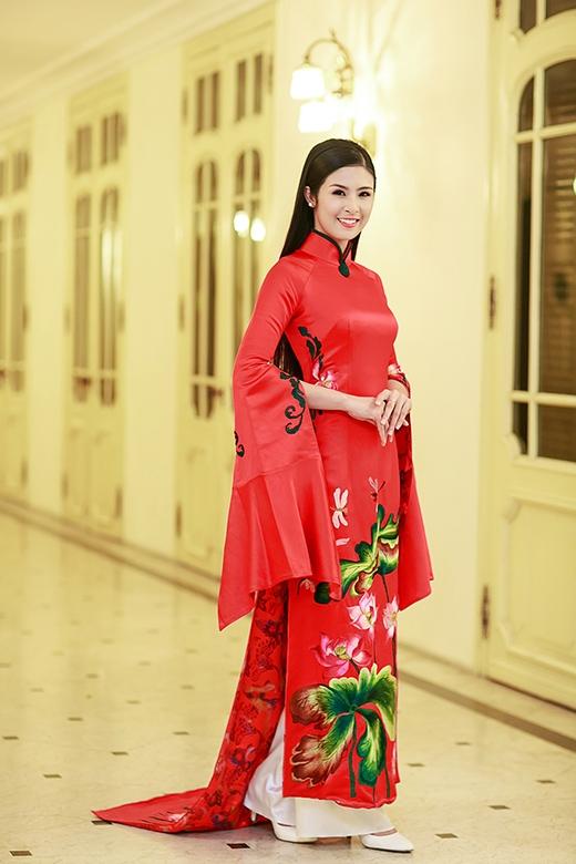 Ngọc Hân nổi bật với tà áo dài cách điệu màu đỏ - Tin sao Viet - Tin tuc sao Viet - Scandal sao Viet - Tin tuc cua Sao - Tin cua Sao