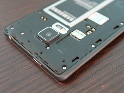 Một số khác, cho phép bạn dùng thẻ nhớ microSD, rẻ hơn nhiều so với việc bạn mua một bản iPhone 64 hoặc 128 GB.