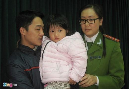 9h ngày 15/12, Công an huyện Thanh Trì (Hà Nội) tổ chức trao trả bé Nguyễn Thanh Hằng (4 tuổi, ở xã Tả Thanh Oai, huyện Thanh Trì, Hà Nội) cho gia đình.