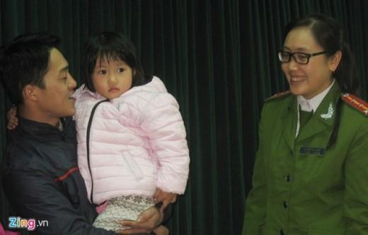 Anh Nguyễn Tiến Tuấn (31 tuổi) - bố bé Hằng xúc động bày tỏ cảm ơn cán bộ chiến sỹ Công an Hà Nội khi nhận lại con.