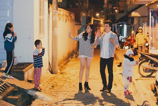 Cặp đôi cùng nhau dạo phố và thu hút sự chú ý của các em nhỏ - Tin sao Viet - Tin tuc sao Viet - Scandal sao Viet - Tin tuc cua Sao - Tin cua Sao