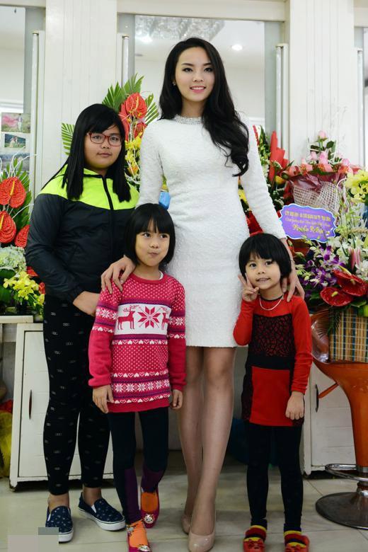 Chụp ảnh với các em trong gia đình. - Tin sao Viet - Tin tuc sao Viet - Scandal sao Viet - Tin tuc cua Sao - Tin cua Sao