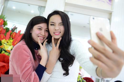 Kỳ Duyên xinh tươi chụp selfie cùng người chị trong gia đình. - Tin sao Viet - Tin tuc sao Viet - Scandal sao Viet - Tin tuc cua Sao - Tin cua Sao