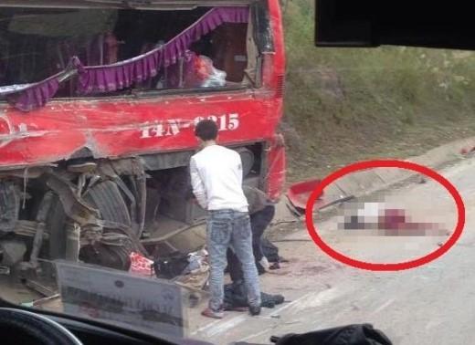 Cú va chạm khiến nhiều hành khách nằm bất tỉnh trên đường. Ảnh: Anh Huy/otofun.
