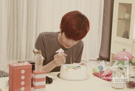 Anh chàng này còn tự tay trang trí chiếc bánh sinh nhật dành cho người yêu mình.