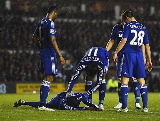 Các cầu thủ Chelsea rất lo lắng khi chứng kiến đồng đội trẻ nằm bất động trên sân cỏ.
