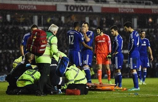 Trận đấu tạm hoãn ít phút để các nhân viên y tế Chelsea chăm sóc choZouma.