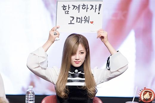Chorong (A Pink) khóc nức nở trong buổi ký tặng fan