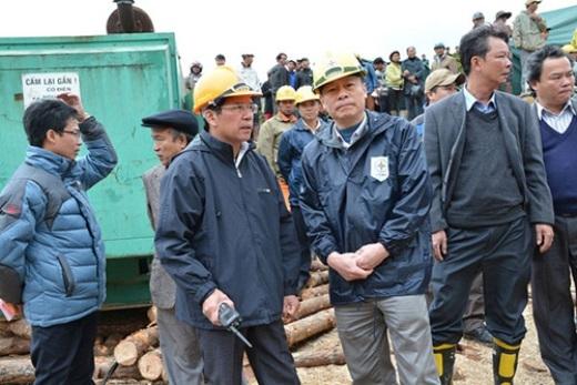 Ông Nguyễn Xuân Tiến (người cầm bộ đàm) có mặt tại hiện trường để chỉ đạo công tác cứu hộ