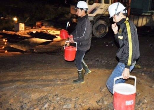Cháo được đưa đến hiện trường để truyền vào cho 11 công nhân đang mắc kẹt trong hầm thủy điện Đạ Dâng