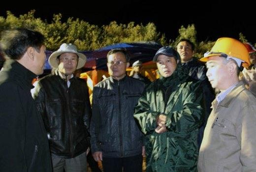 Ông Đoàn Văn Việt (thứ hai, bên phải) - Chủ tịch UBND tỉnh Lâm Đồng - chỉ đạo triển khai phương án đưa nạn nhân ra ngoài
