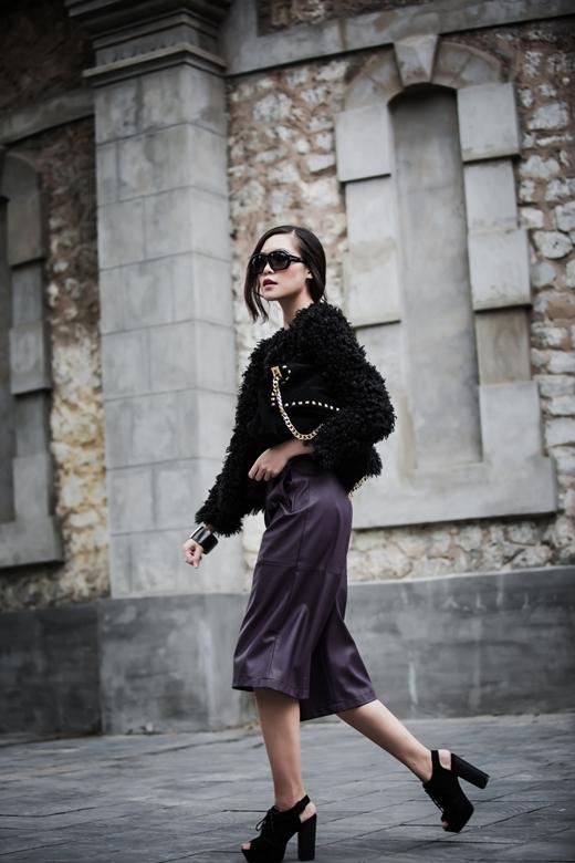 Các phụ kiệnThùy Dungsử dụng gồm giày đế thô, túi xách da lộn, kính mắt hàng hiệu đã bổ sung hoàn thiện cho set đồ của người đẹp.