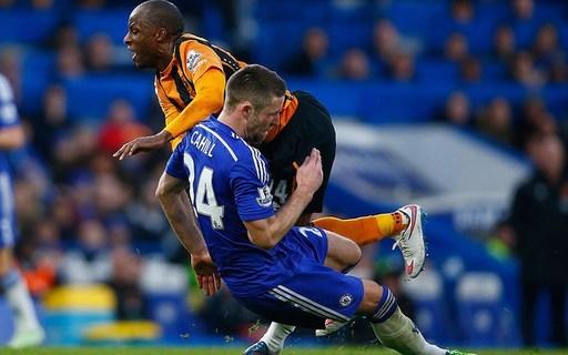 """Gary Cahill của Chelsea không phải nhận thẻ vàng vì giả vờ ngã trong trận gặp Hull cuối tuần qua. Đây là tình huống mà HLV Steve Bruce của Hull City mỉa mai là pha diễn xuất sắc trong vở """"Hồ Thiên Nga"""". Nhưng nhiều cầu thủ khác thì không may mắn thoát thẻ như hậu vệ của Chelsea, thậm chí một số người còn bị phạt oan khi không hề vờ ngã."""