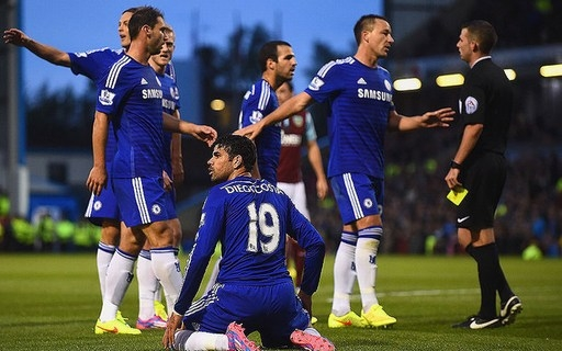 Diego Costa của Chelsea (trận gặp Burnley, ngày 18/08/2014). Tiền đạo người Tây Ban Nha ngã xuống sau pha đi bóng vòng qua thủ môn Tom Heaton. Trọng tài có vẻ hơi nghiêm khắc khi phạt thẻ vàng Costa, bởi đã có va chạm nhẹ trong tình huống này.