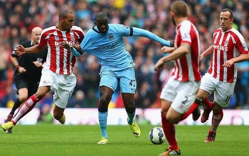 Yaya Touré của Man City (gặp Stoke City, ngày 30/8/2014). Một quyết định xử lý có phần rất khắc nghiệt cho Touré khi anh bị phạt thẻ vàng, cho dù đúng là ngôi sao của Man City đã bị Erik Pieters kéo ngã trong khu phạt đền.