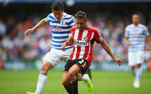 Emanuele Giaccherini của Sunderland (gặp QPR, 30/8/2014). Tiền đạo người Italy (áo sọc đỏ) ngã xuống quá dễ dàng trong pha tranh chấp với cầu thủ của QPR.