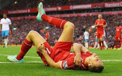 Jordan Henderson của Liverpool (gặp Hull City, ngày 25/10/2014). Mo Diame tỏ ra rất tức giận khi cầu thủ của Liverpool lăn ra vờ ngã và tỏ vẻ đau đớn, cho dù tiền vệ của Hull City đã có pha tắc trúng bóng.