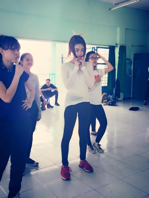 Minh Hằng thấy có lỗi với các dancer khi bé Heo tập 3 tiếng cho bài nhảy mà vẫn chưa thuộc động tác.
