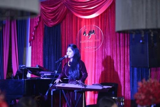Bữa tiệc được mở màn bằng tiết mục ca trù đặc sắc với giọng ca tình tứ, ma mị của ca nương Kiều Anh