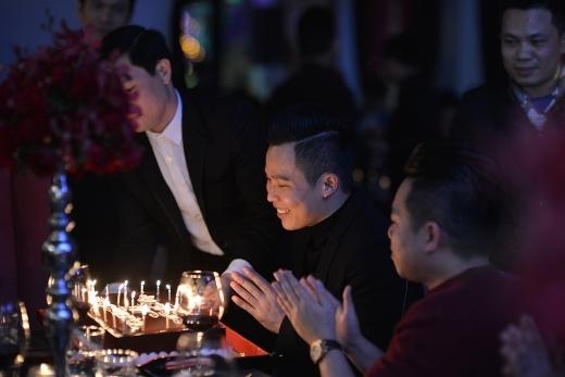 Một trong những khoảnh khắc ấn tượng của đêm tiệc là giây phút cắt bánh mừng sinh nhật của ông bầu Vũ Khắc Tiệp bên những bạn bè thân.