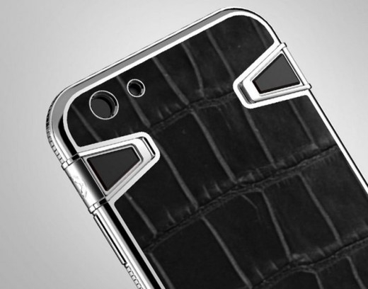 Trong trường hợp không muốn can thiệp đến linh kiện của chiếc iPhone, giới nhà giàu có thể chọn mua một chiếc vỏ bảo vệ. Atelier cung cấp chiếc vỏ case này với chất liệu da cá sấu và thép không gỉ, có giá 2.500 USD.