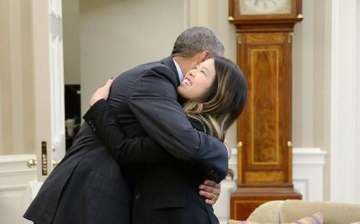 Obama ôm y tá gốc Việt là khoảnh khắc ấn tượng 2014 của Mỹ