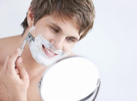 1. Cạo râu lúc nào cũng được: Hãy từ bỏ thoái quen thường xuyên cạo râu. Khi cạo râu bạn nên cạo râu với nước ấm, kết hợp với kem cạo râu để trong vòng một phút rồi cạo nhẹ nhàng trên da, tránh để lại vết rạn trên da.