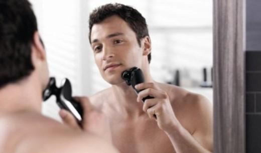 2. Cạo râu vào buổi tối: Khi đó, da mặt khi đó vừa rất nhạy cảm nên dễ trầy mặt. Nên cạo râu trước khi ăn sáng. Lý do là động tác nhai trong buổi điểm tâm đẩy máu đến vùng hàm, quanh môi và gò mắt.