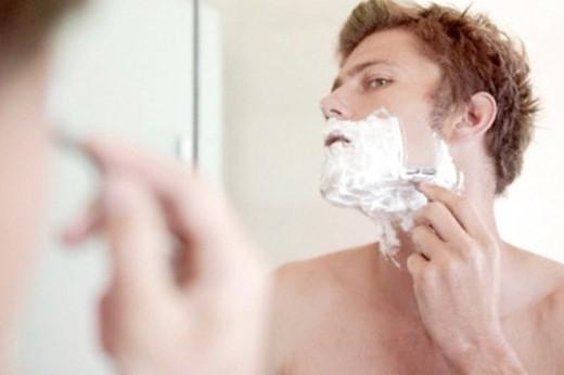 3. Không rửa mặt trước khi cạo râu: Rửa mặt sạch trước khi cạo râu sẽ giúp ích nhiều về mặt vệ sinh cũng như loại bỏ những chất nhờn, có thể ngăn chặn sự thẩm thấu nước để cạo râu dễ hơn.