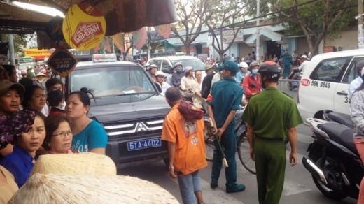 Do thời gian khám xét kéo dài nhiều giờ, người dân tập trung tới xem đông khiến giao thông bị ùn ứ.