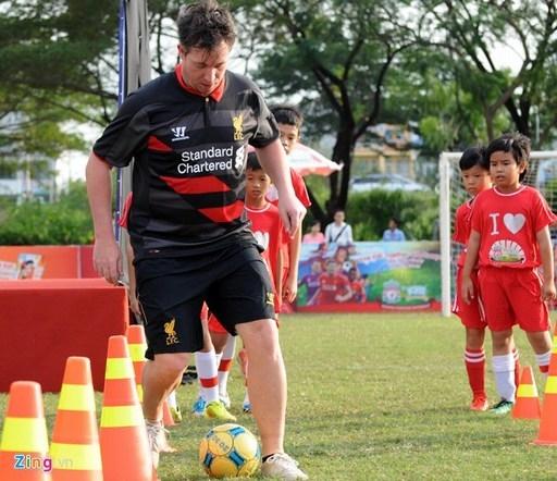 Ngôi sao một thời của đội bóng thành phố Cảng nước Anh đã có những hướng dẫn kỹ thuật trong bóng đá cho các em nhỏ tại TP.HCM.