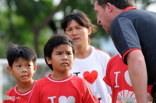 Đây là lần đầu tiên ngôi sao của đội bóng Liverpool tới Việt Nam và anh cảm thấy rất vui vẻ khi người hâm mộ chào đón nồng nhiệt.