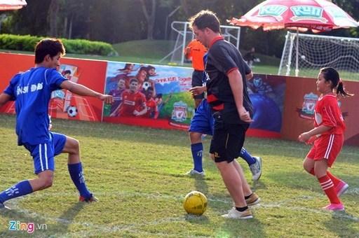Fowler tham gia một trận bóng đá với các em nhỏ trên sân bóng mini tại trường đại học RMIT (quận 7).