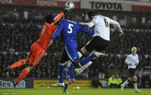Tình huống diễn ra vào những phút cuối hiệp 1 trận đấu giữa Derby County và Chelsea tại League Cup. Trung vệ Kurt Zouma của The Blues có pha chạm rất mạnh với người đồng độiPetr Cech.