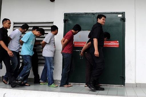 5 nghi can được hộ tống đến tòa án bởi cảnh sát Malaysia. Ảnh: The Star.