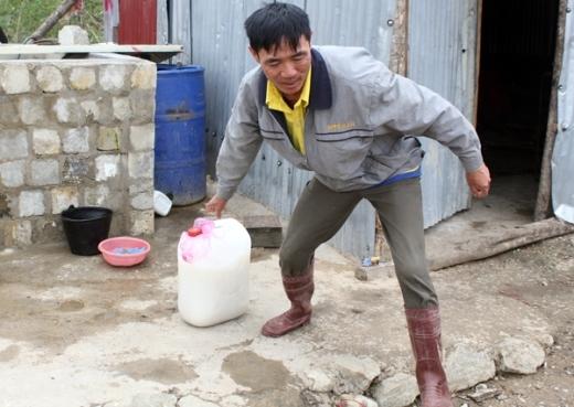 Ông Nguyễn Công Tào đưa nước cháo vào tiếp tế cho công nhân gặp nạn. Ảnh: Phạm Duy.