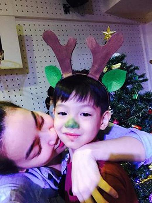 Hồ Ngọc Hà rất tự hào vì bé Subeo sắp tới sẽ được biểu diễn ngày Giáng sinh trước lớp. Dù rất bận rộn nhưng Hồ Ngọc Hà vẫn luôn biết cách sắp xếp công việc để có nhiều thời gian chăm sóc cho bé Subeo hơn.