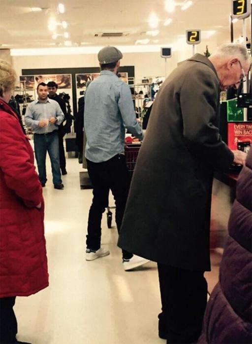 Nhiều khách hàng thích thú chụp lại ảnh Becks đang đi mua sẵm tại chuỗi cửa hàng bình dân. Ảnh: Twitter.